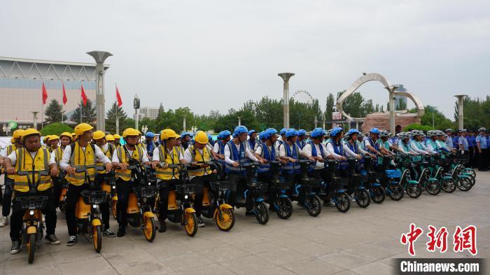 宁夏银川为共享单车配备安全头盔 可扫码免费使用